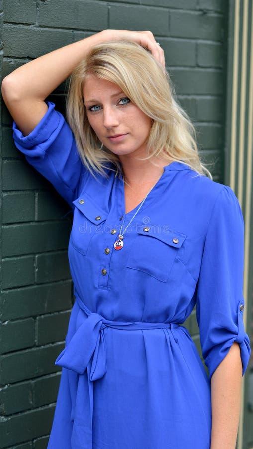 Seksowna młoda blondynki kobieta w krótkiej błękit sukni - moda fotografia stock