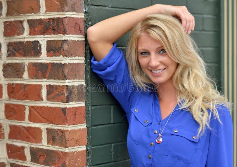 Seksowna młoda blondynki kobieta w krótkiej błękit sukni - moda fotografia royalty free