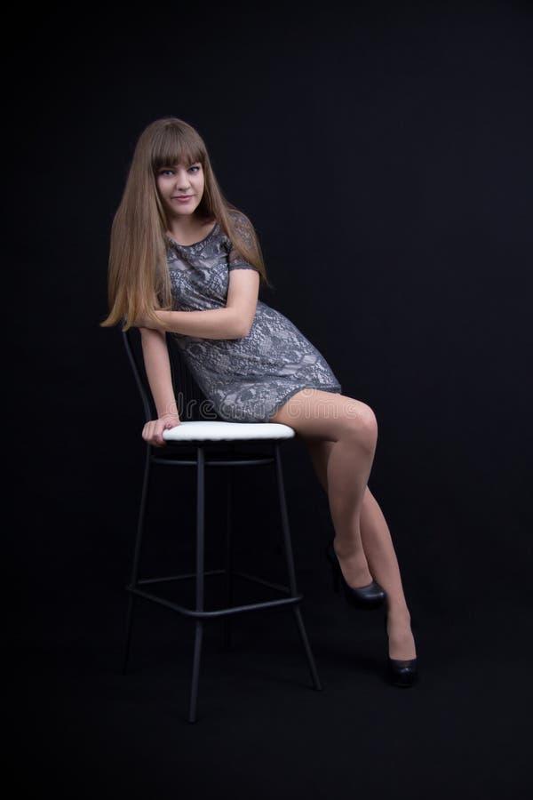 Seksowna młoda dziewczyna na krześle obraz royalty free