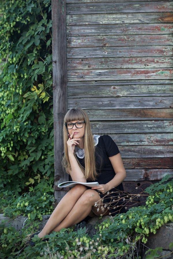 Seksowna młoda dziewczyna z albumem dla rysować obraz stock