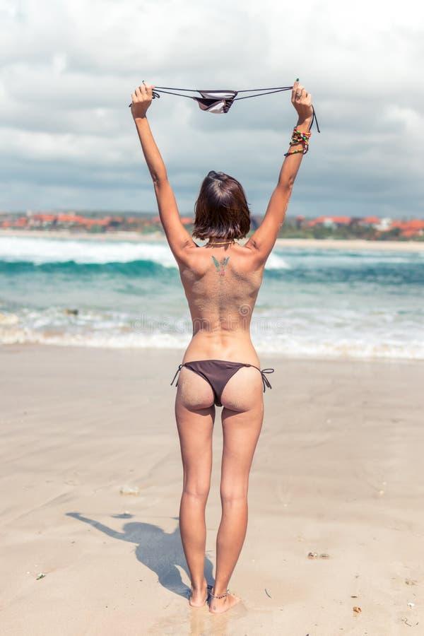 Seksowna młoda kobieta bez stanika na tropikalnej plaży Bali wyspa Bikini dziewczyny wolności pojęcie Indonezja fotografia royalty free