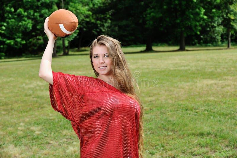 Seksowna młoda kobieta - futbol amerykański obrazy royalty free