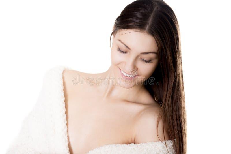 Seksowna młoda kobieta w biały bathrobe ono uśmiecha się obrazy stock