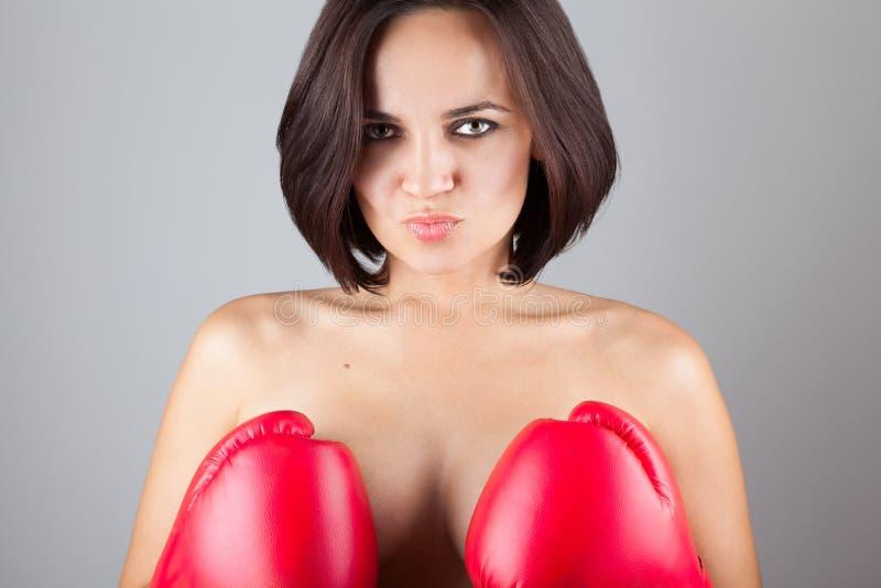 Seksowna naga dziewczyna zakrywa jej pierś z bokserskimi rękawiczkami obraz royalty free