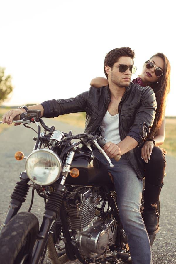 Seksowna para rowerzyści na rocznika zwyczaju motocyklu fotografia royalty free