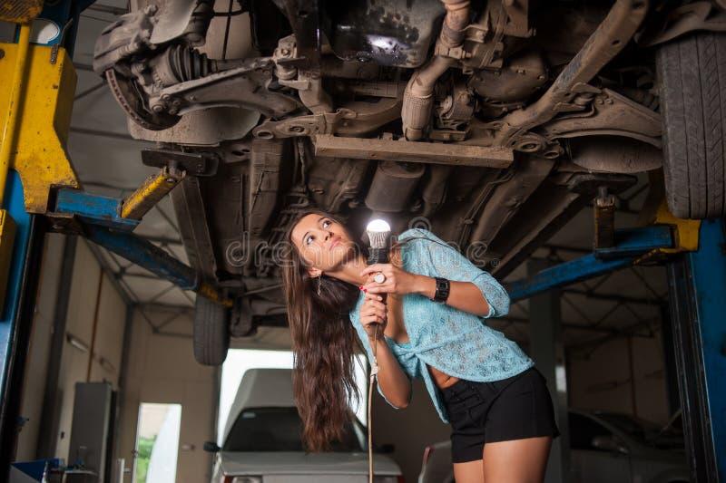 Seksowna piękna dziewczyna w auto remontowym sklepie zdjęcie stock