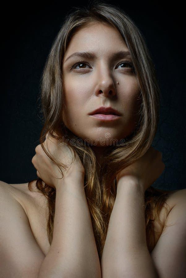 Seksowna piękna dziewczyna z czułości nagą postacią brać na swoje barki przyglądającego up i zbroi z uczuciami obraz royalty free