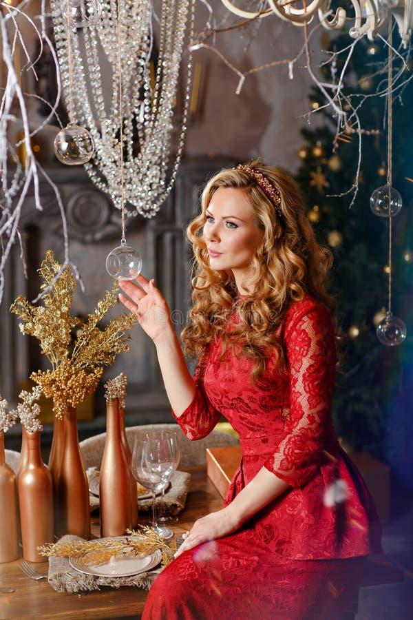 Seksowna piękna dziewczyna z luksusowym gęstym blondynem w czerwonym dre zdjęcie royalty free