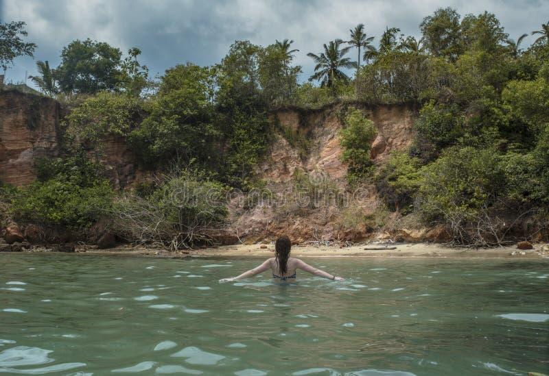 Seksowna piękna kobieta w bikini odprowadzeniu w oceanie przy tropikalną plażą zdjęcie royalty free