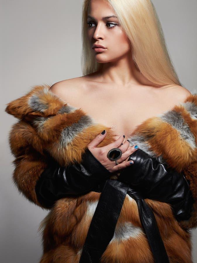 Seksowna piękna kobieta w Futerkowym żakiecie zimy piękna mody modela dziewczyna fotografia royalty free