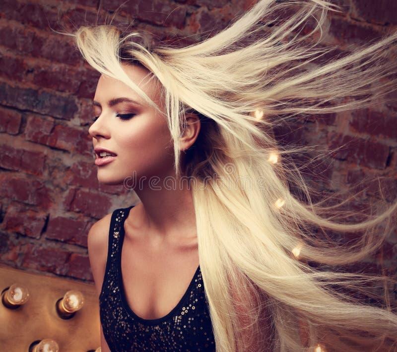 Seksowna piękna makeup kobieta z długi blond lać się, lata daleko od obrazy royalty free