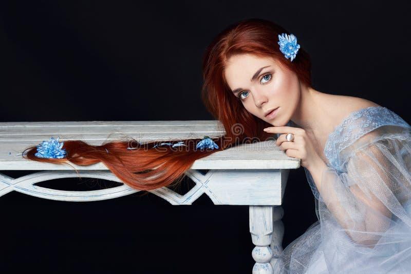 Seksowna piękna rudzielec dziewczyna z długie włosy Perfect kobieta portretem na czarnym tle Wspaniały włosy i oczy głęboko natur obrazy stock