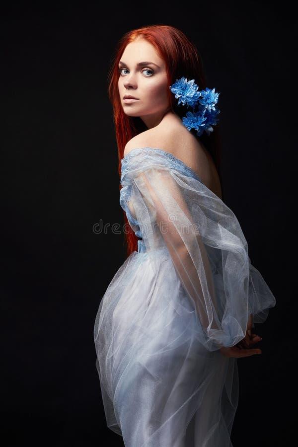 Seksowna piękna rudzielec dziewczyna z długie włosy w smokingowy bawełniany retro tła czarny portreta kobieta głębocy oczy natura zdjęcia stock