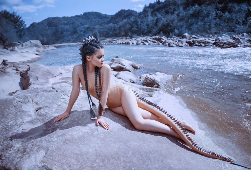 Seksowna rzeczna smok dziewczyna Niezwykły wizerunek syrenka z jaszczurka ogonem który zakrywa skale i kolce bajecznie obraz stock