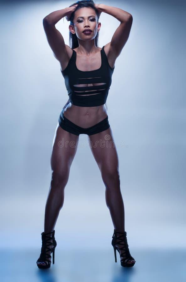 Seksowna Sportowa kobieta Pozuje Na Błękitnym tle zdjęcia stock