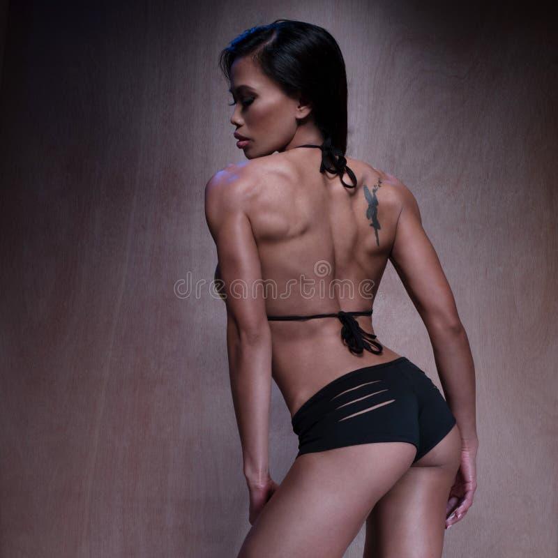Seksowna Sportowa kobieta Pozuje Przeciw Brown ścianie zdjęcie royalty free
