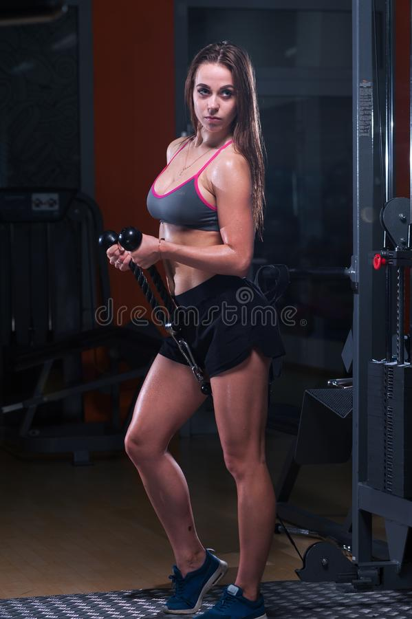 Seksowna sprawności fizycznej kobieta robi ćwiczeniom w gym fotografia stock