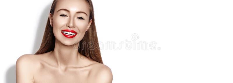 Seksowna uśmiechnięta kobieta z splendor Czerwonymi wargami, jaskrawy Makeup, czysta skóra Uśmiech z białymi zębami szczęśliwa mo obrazy stock