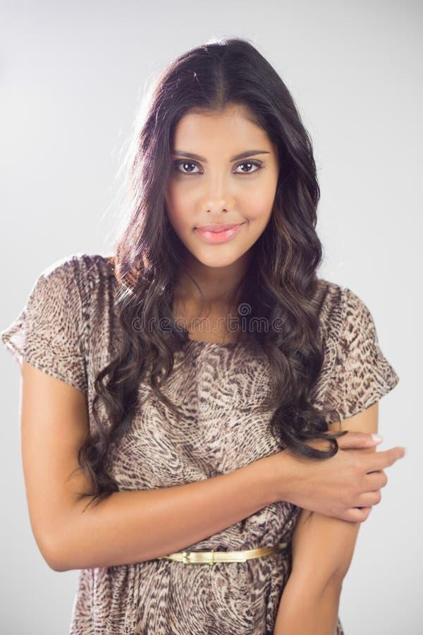 Seksowna zadowolona brunetka patrzeje kamerę zdjęcia stock