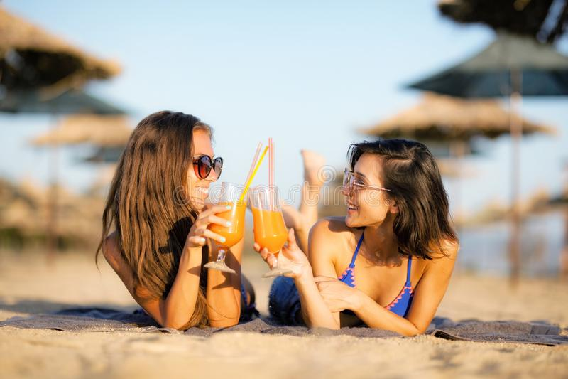 Seksowne dziewczyny ma zabawę na plaży zdjęcia stock