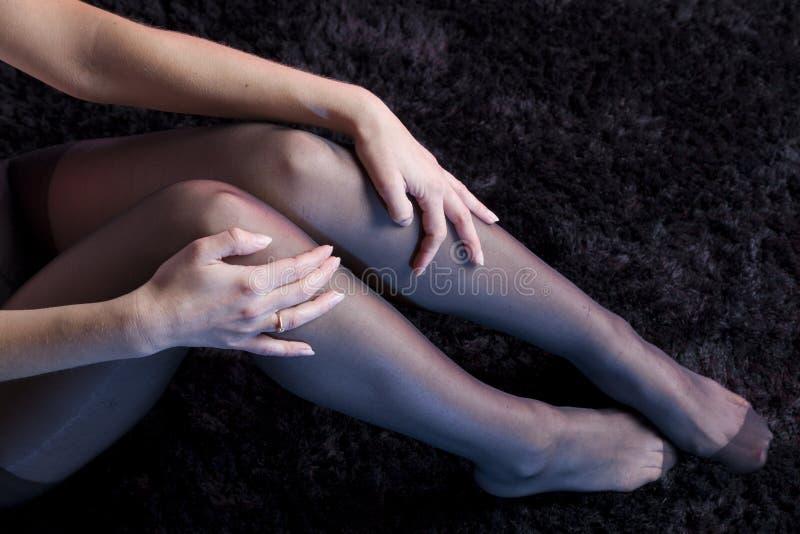 Seksowne kobiet nogi z pończochami zdjęcia stock