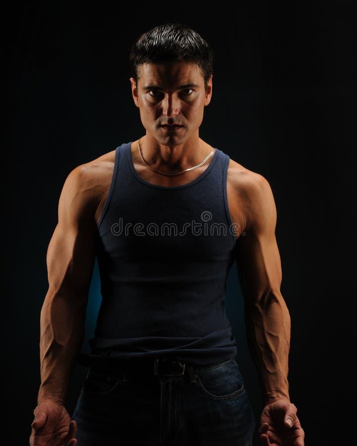 Seksowne mężczyzna pozy dla kamery zdjęcie royalty free