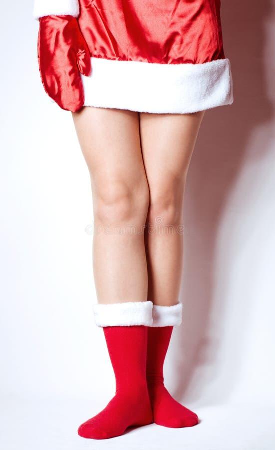 Seksowne nogi w Święty Mikołaj skarpecie odizolowywającej obrazy royalty free