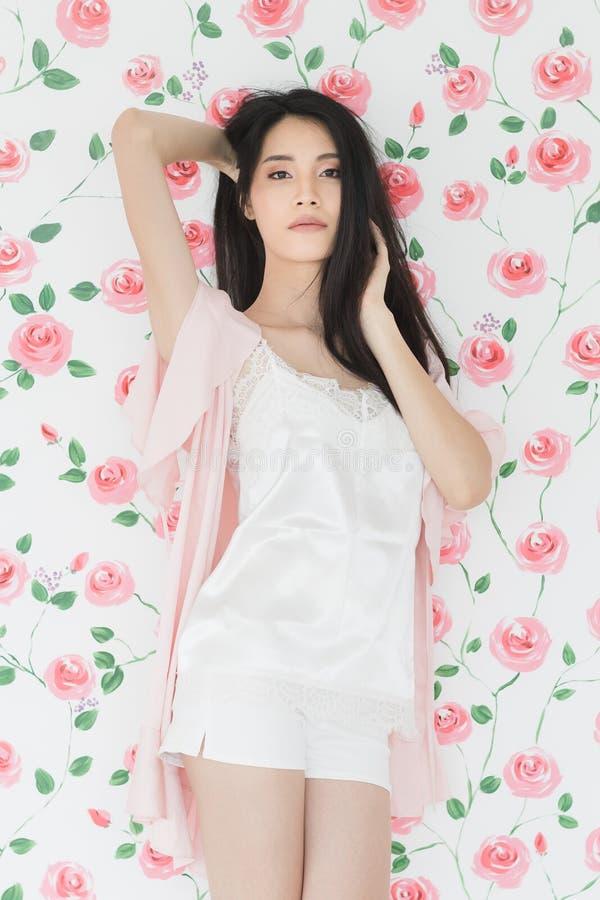 Seksownego czarni w?osy kobiety modela Azjatycka pozycja zdjęcie royalty free