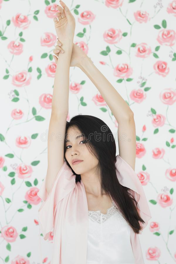Seksownego czarni w?osy kobiety modela Azjatycka pozycja zdjęcia royalty free