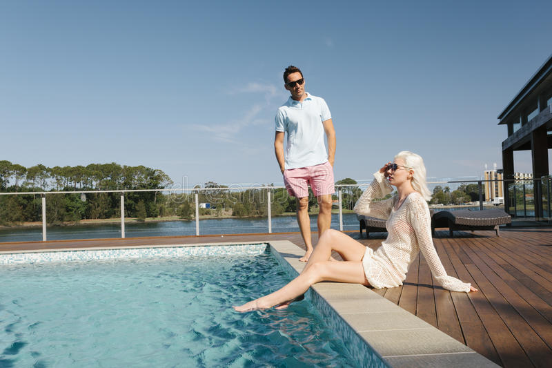 Pary poolside zdjęcie stock