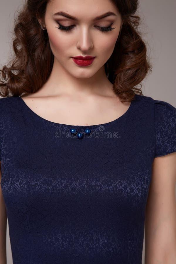 Seksownego piękna biznesowa kobieta w mody sukni perfect szczupłym ciele obraz royalty free