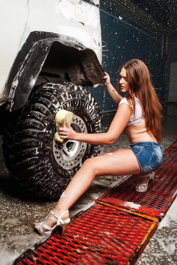 Seksownej kobiety płuczkowy samochód zdjęcia stock