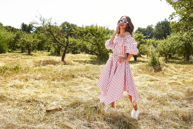 Seksownej pięknej młodej kobiety mody modela odzieży elegancka suknia od zdjęcie royalty free