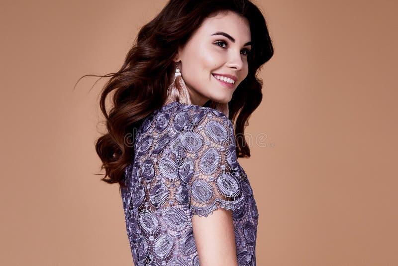 Seksownej piękno mody modela brunetki fryzury odzieży kędzierzawy bez su obraz royalty free