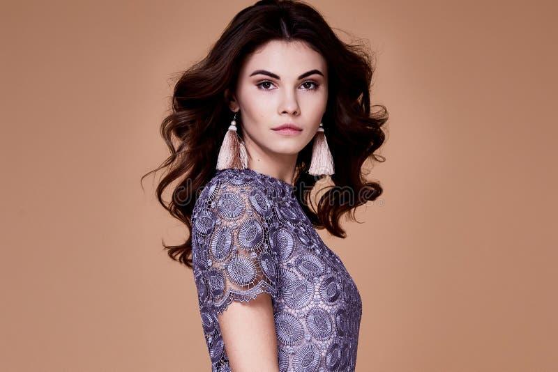 Seksownej piękno mody modela brunetki fryzury odzieży kędzierzawy bez su obrazy stock