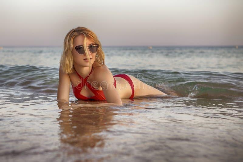 Seksownej schudnięcie napadu blondynki caucasian młoda kobieta w czerwonych wspaniałych pływaniach obrazy stock