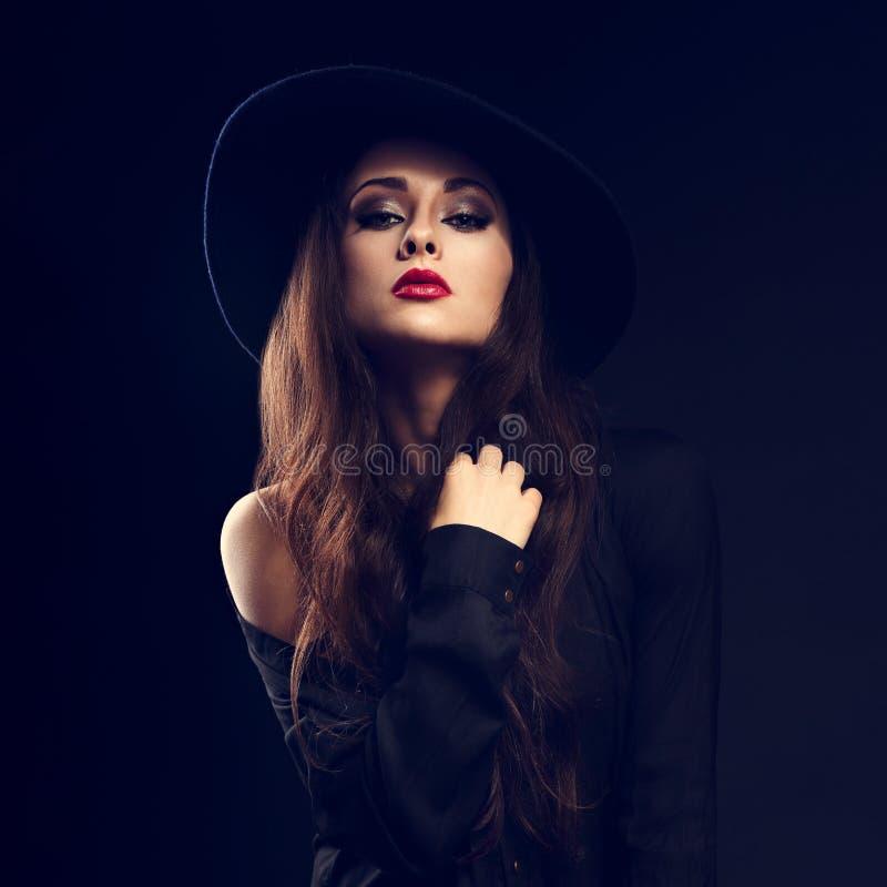Seksownej splendor kobiety wzorcowy pozować w czarnej koszula i eleganckim kapeluszu zdjęcia royalty free