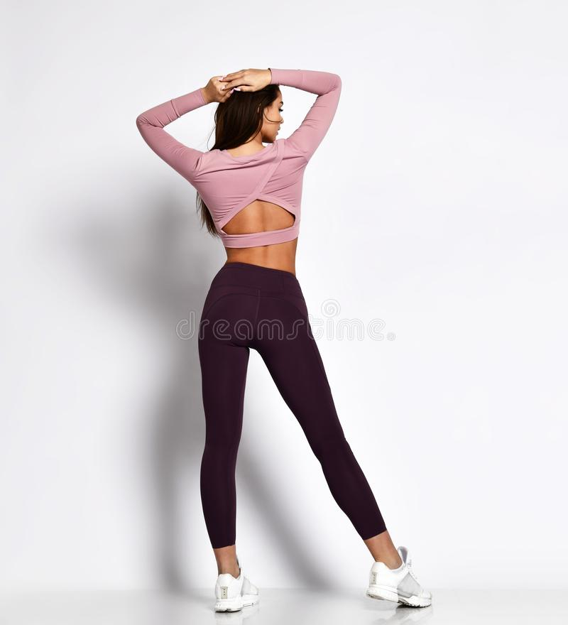 Seksownej sportowej damy sporty dziewczyna w mody sportswear odziewa stojaki pozuje po tym jak trening ćwiczy fotografia royalty free
