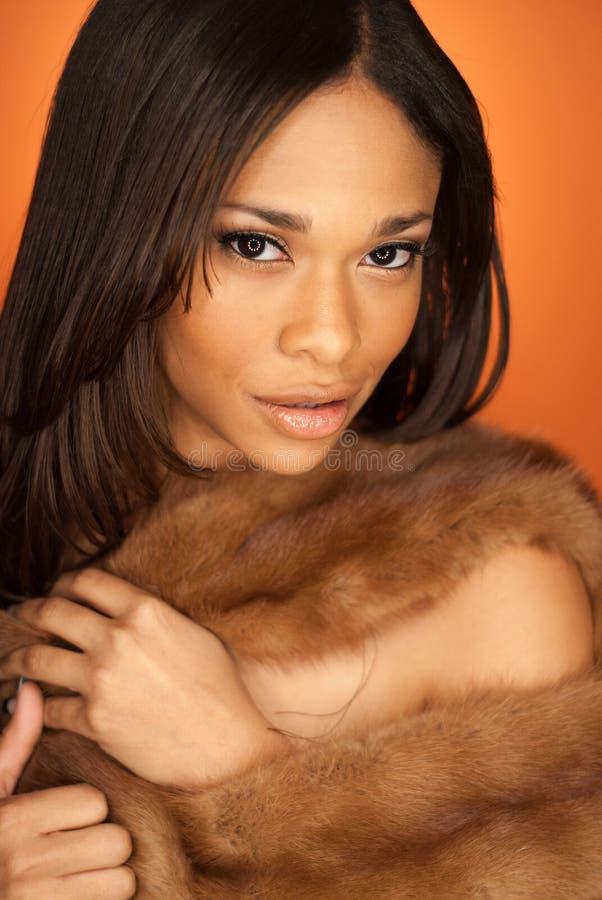 Seksowny amerykanin afrykańskiego pochodzenia mody model jest ubranym futerko obrazy stock