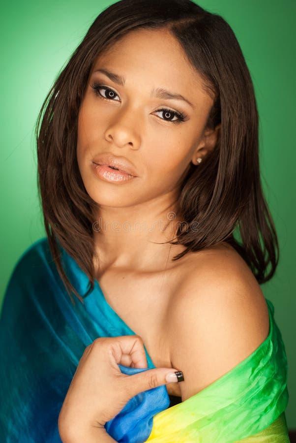 Seksowny amerykanin afrykańskiego pochodzenia mody model jest ubranym szalika zdjęcie stock
