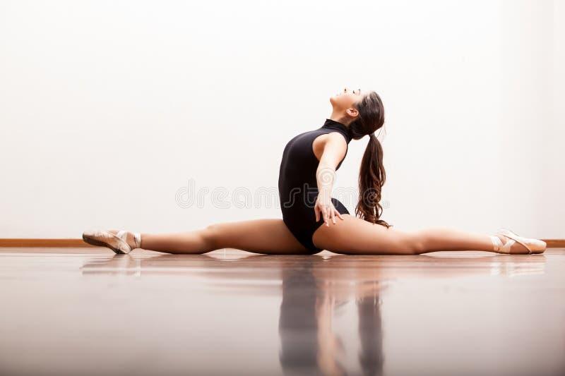 Seksowny baletniczy tancerz robi rozłamowi zdjęcie stock