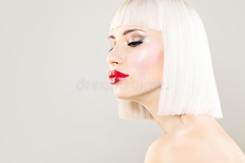 Seksowny blondynki kobiety mody model z Barwionym włosy obrazy stock