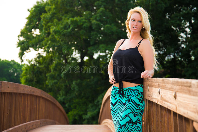 Download Seksowny Blondynki Mody Model Na Moscie Zdjęcie Stock - Obraz: 42829212