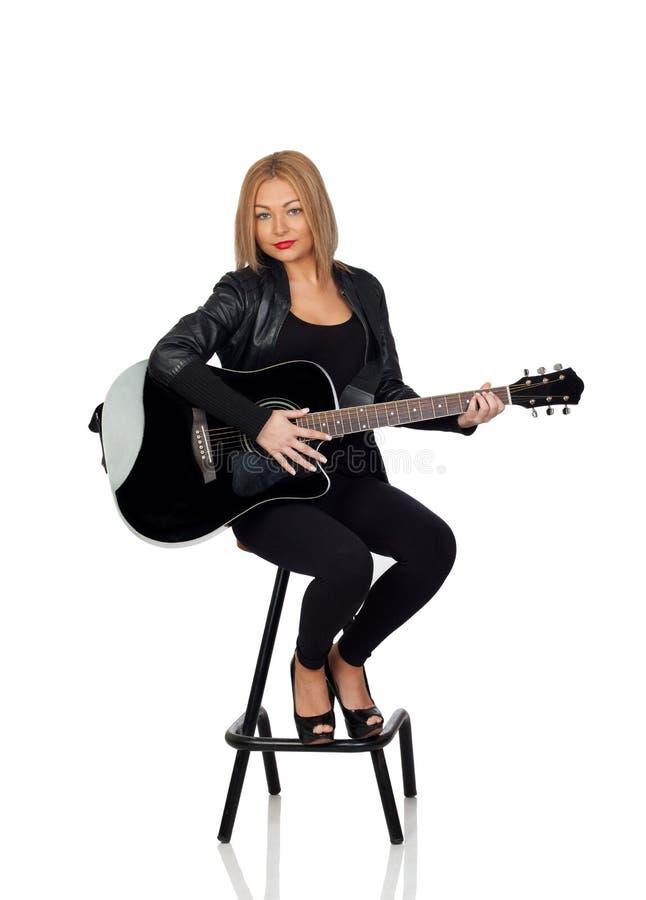 Seksowny gitarzysty obsiadanie z czarną skórzaną kurtką zdjęcie stock