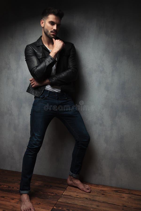 Seksowny mężczyzna stoi nagich cieki w skórzanej kurtce i myśleć obraz stock