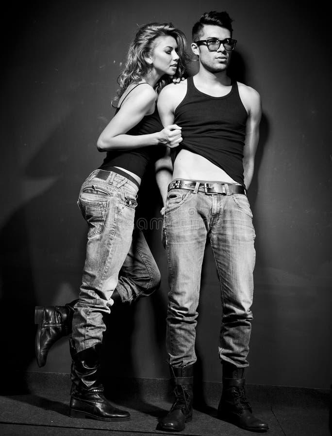 Seksowny mężczyzna i kobieta robi mody sesja zdjęciowa. fotografia royalty free