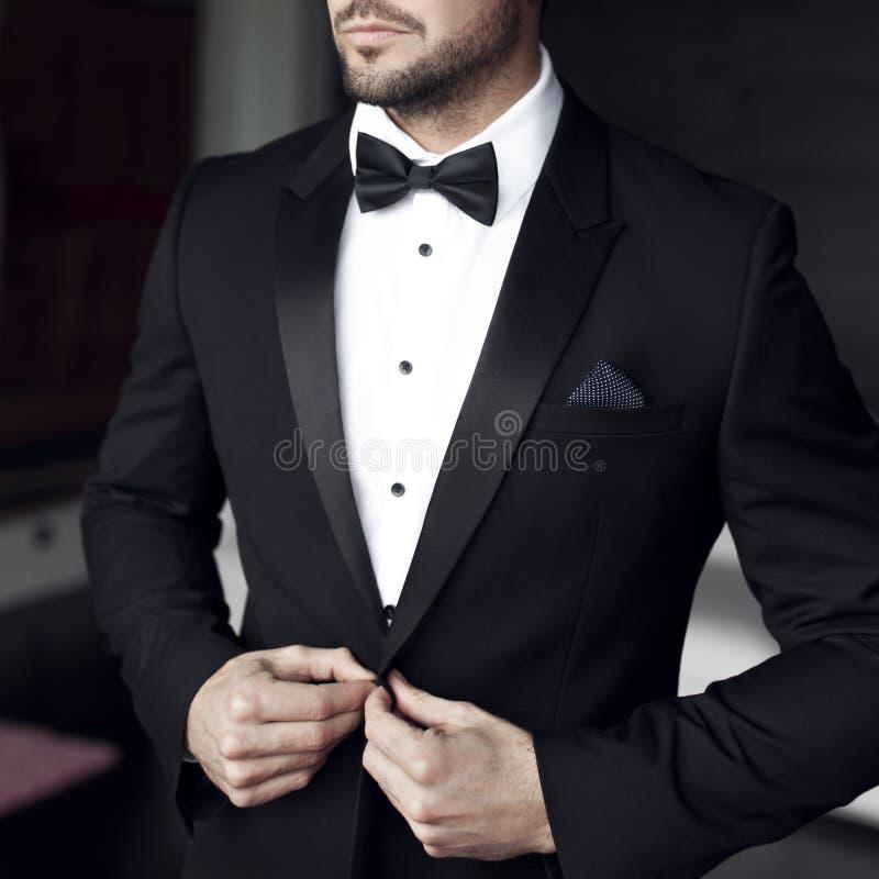Seksowny mężczyzna w smokingu i łęku krawacie fotografia stock