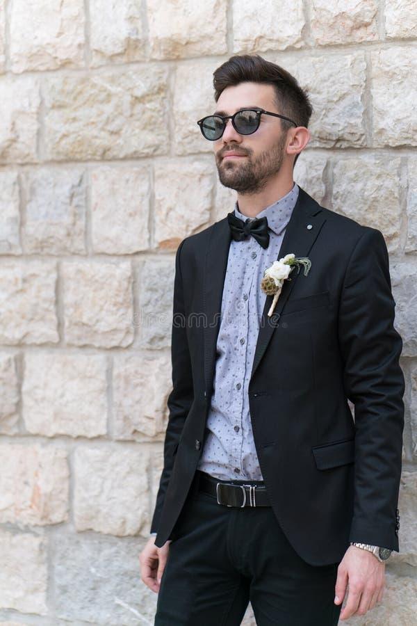 Seksowny mężczyzna w smokingu pozować obrazy royalty free