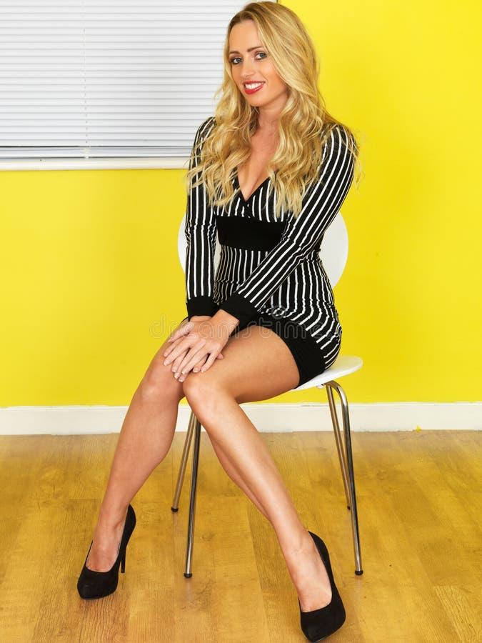 Seksowny Młody Biznesowej kobiety obsiadanie na krześle obrazy royalty free