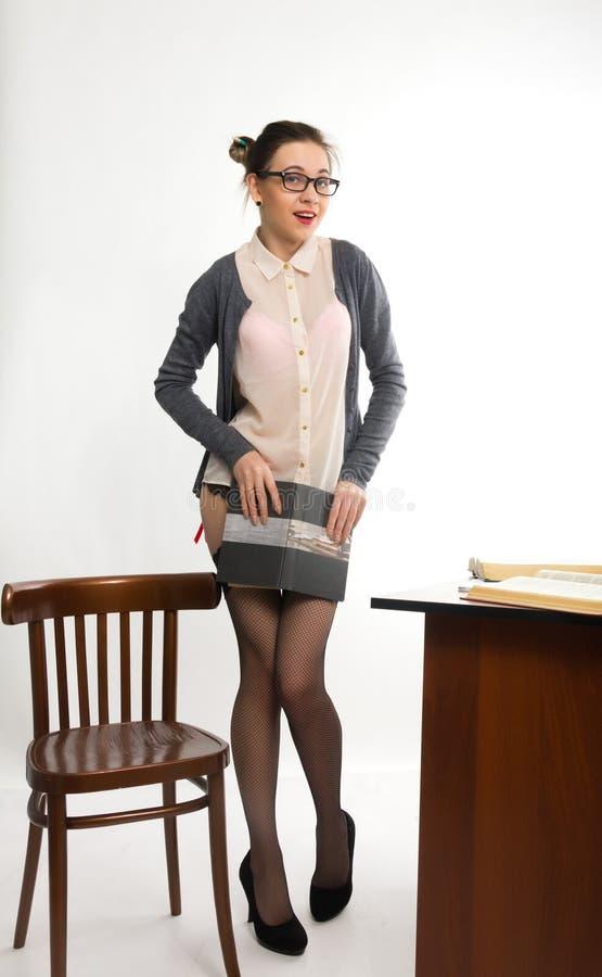 Seksowny młody piękny żeński nauczyciel stoi następnie obrazy stock